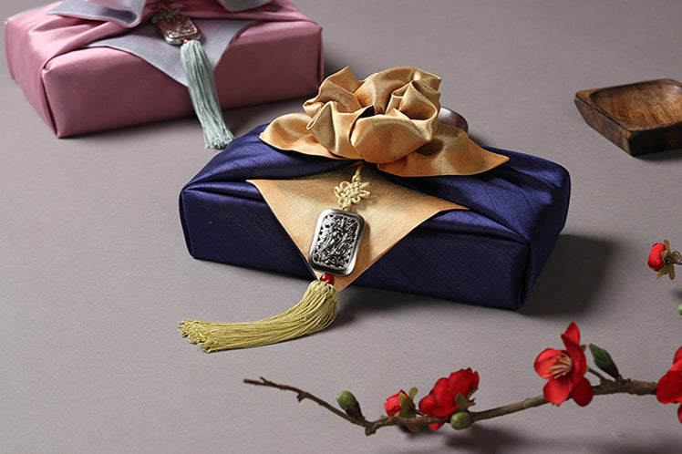 Add a heartfelt garnish to any gift by using the Square Arabesque tassel.
