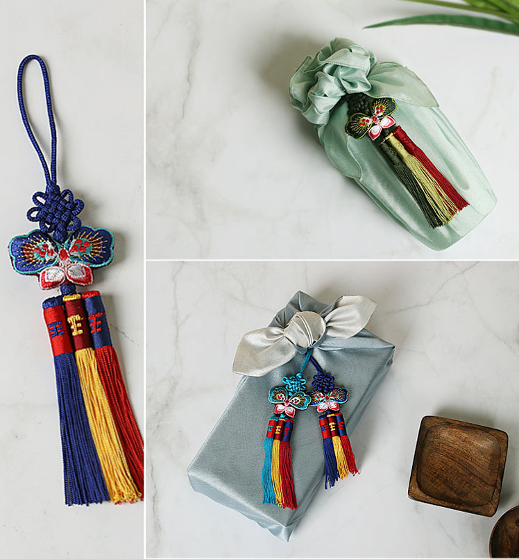 When you use the Cute Butterfly Trio Tassel Norigae as a finish for your presents, you'll notice how cute and charming it is for both boys and girls.