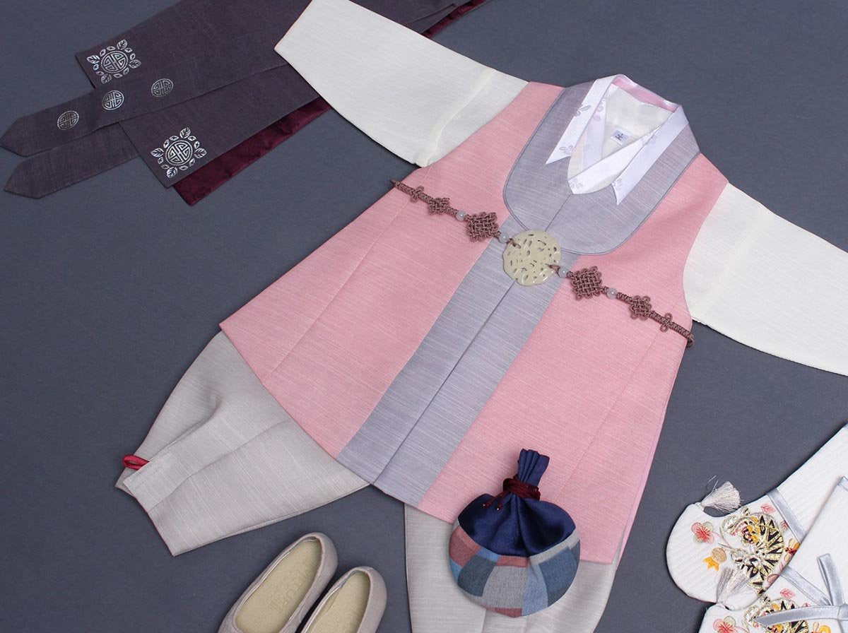 Whether you need a hanbok for 100 day or 2 years old, the Baby Boy Classy Prince Hanbok in light coral is the perfect way to show off your handsome little guy.