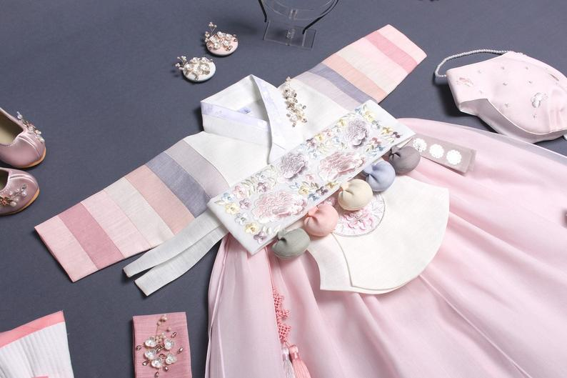 Here is what the Dol baby girl hanbok in rose and cream looks like with the Dol belt which comes with that selection.