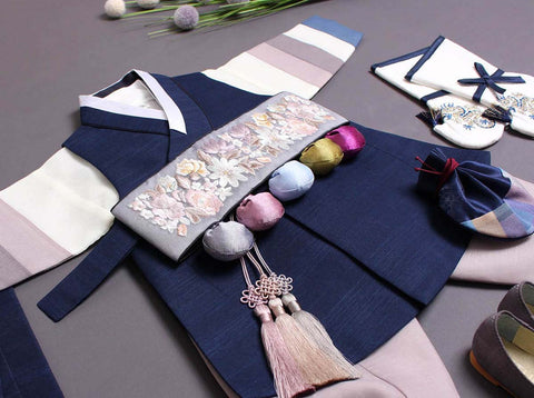 Add-on items such as the Norigae really make the baby boy hanbok in royal blue more aesthetically pleasing.