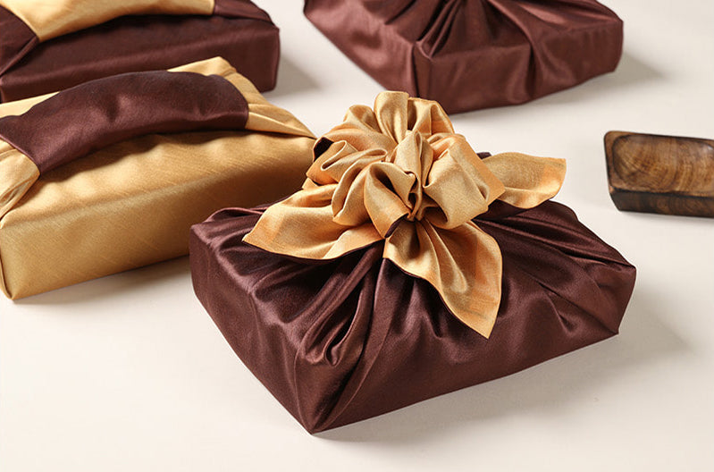 With this Korean Bojagi, you can twist the gift wrapping cloth to make a svelte ornament.