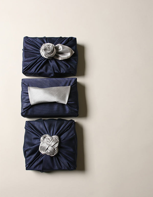 The gift wrapping cloth can also be changed so that there's a bow or cute handle decoration at the peak of the cover.
