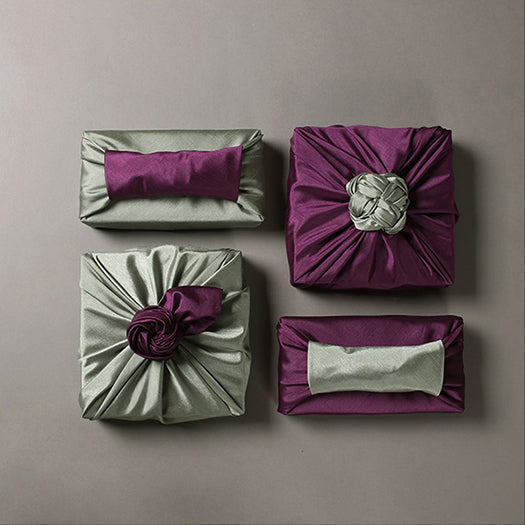 It's very simple to bring elegance to the Bojagi art simply by making a swanky decoration on top of the wrapping cloth.