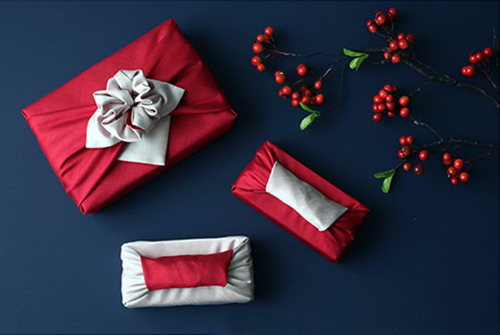 The wine color and beige fabric wrapping cloth go well together to bring class to any event.