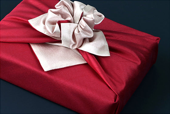 Ruby and light rose bring a touch of sophistication to any party. An eye-catching fabric wrapping cloth for men or women.