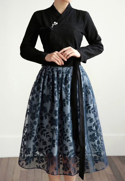 Look classy with this dark black check modern hanbok blouse, which can be worn at the office or while out with friends.