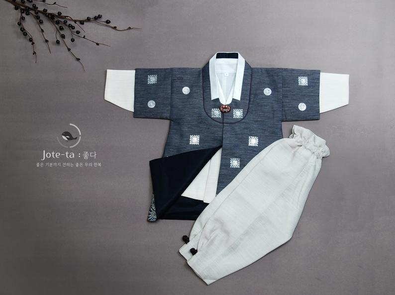 The royal family baby boy hanbok in hale navy is a favorite amongst parents in Los Angeles. This is a popular selection likely because of the color and the design of the hanbok.