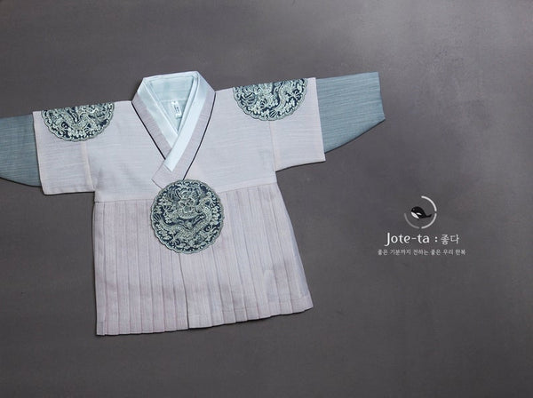 The royal prince baby boy hanbok in soft pink is a luxurious hanbok that has fabric lines meticulously folded for an astonishing look.