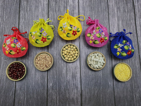 The fortune pouches are used as prosperity pouches to cover grains that have a unique representation.
