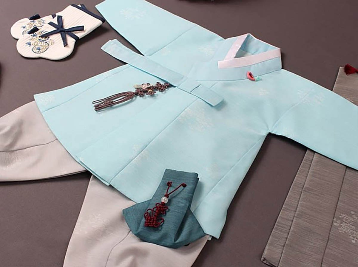 Here is an up close look at the Cute Prince Baby Boy Hanbok in sky blue we offer here at Joteta.