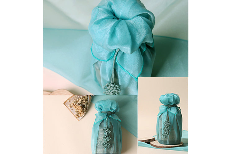 Even presents that normally can't be wrapped can quickly be wrapped using the teal blue Korean gift wrapping cloth.