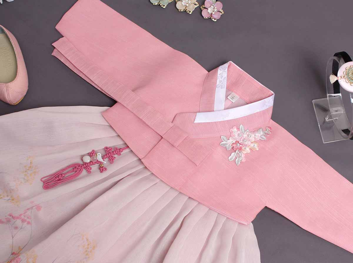 Here you can see the true design of the baby girl hanbok in dark pink. Your baby girl will feel like a little angel wearing this hanbok.