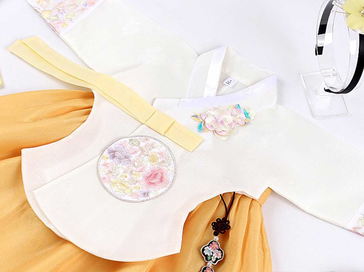 A close look at the top of the baby girl hanbok in beige and golden. Your baby girl will feel like royalty in this beautiful hanbok.