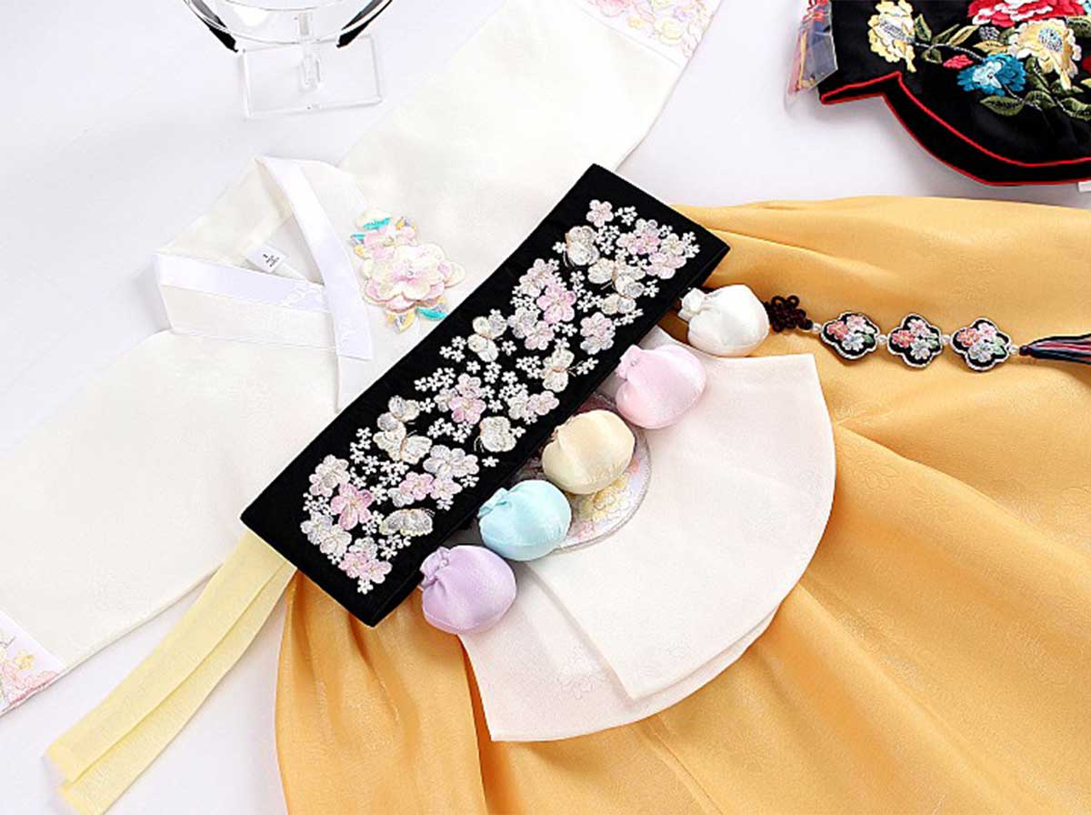 This Dol belt specifically is paired with the lily-white and dark gold baby girl hanbok for an exceptional appearance.