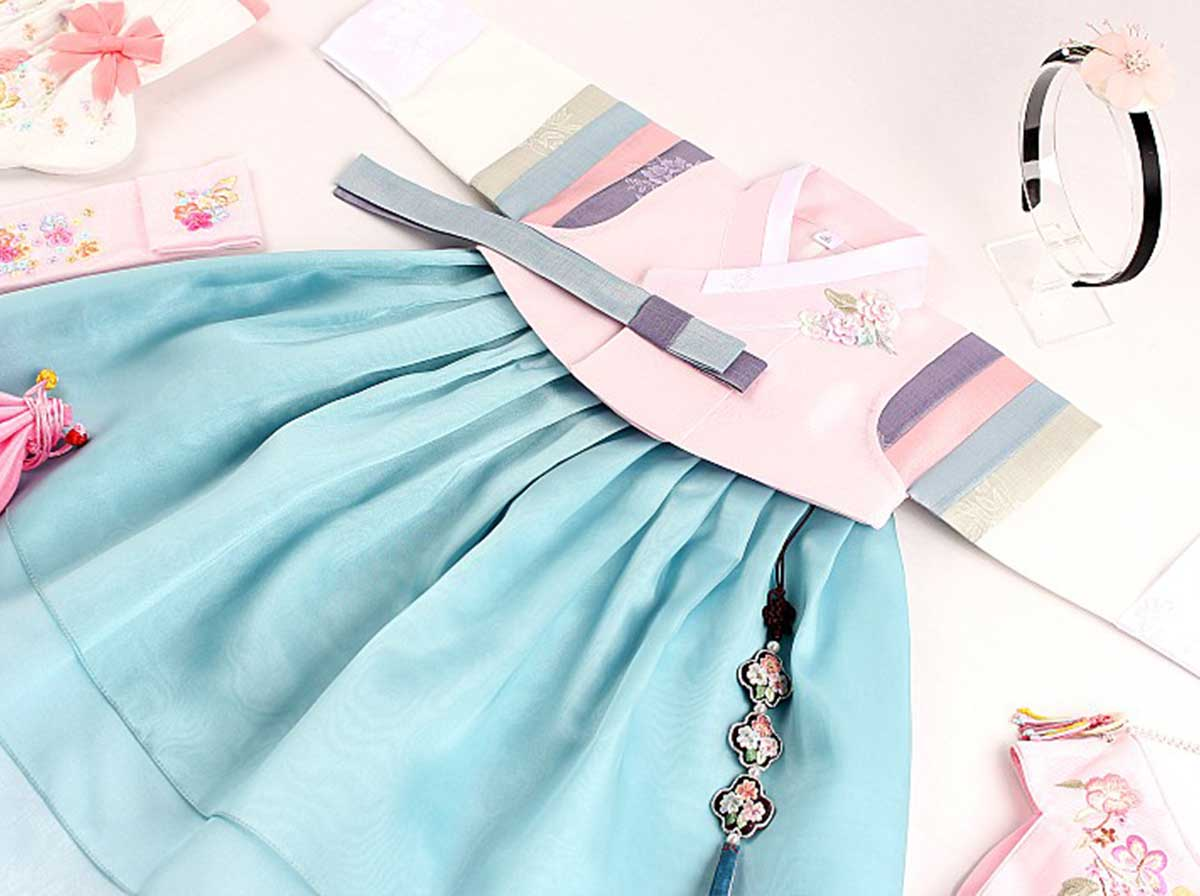 You can see just how the striped multicolored sleeve looks gorgeous with the colors of light blue and rose.