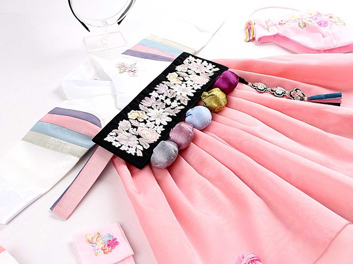 We will give you the Dol belt if you purchase the Dol version of the milk-white and roseate baby girl hanbok. It's everything you need to make your baby girl cheerful during her Doljanchi.