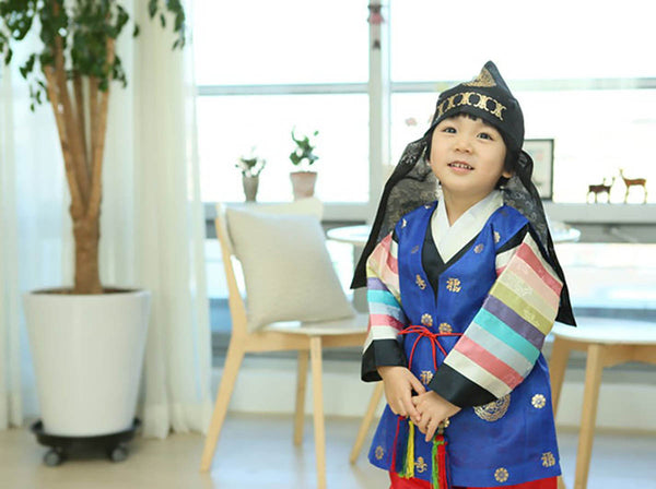 Your little boy will feel like a warrior with this traditional hat and vest.