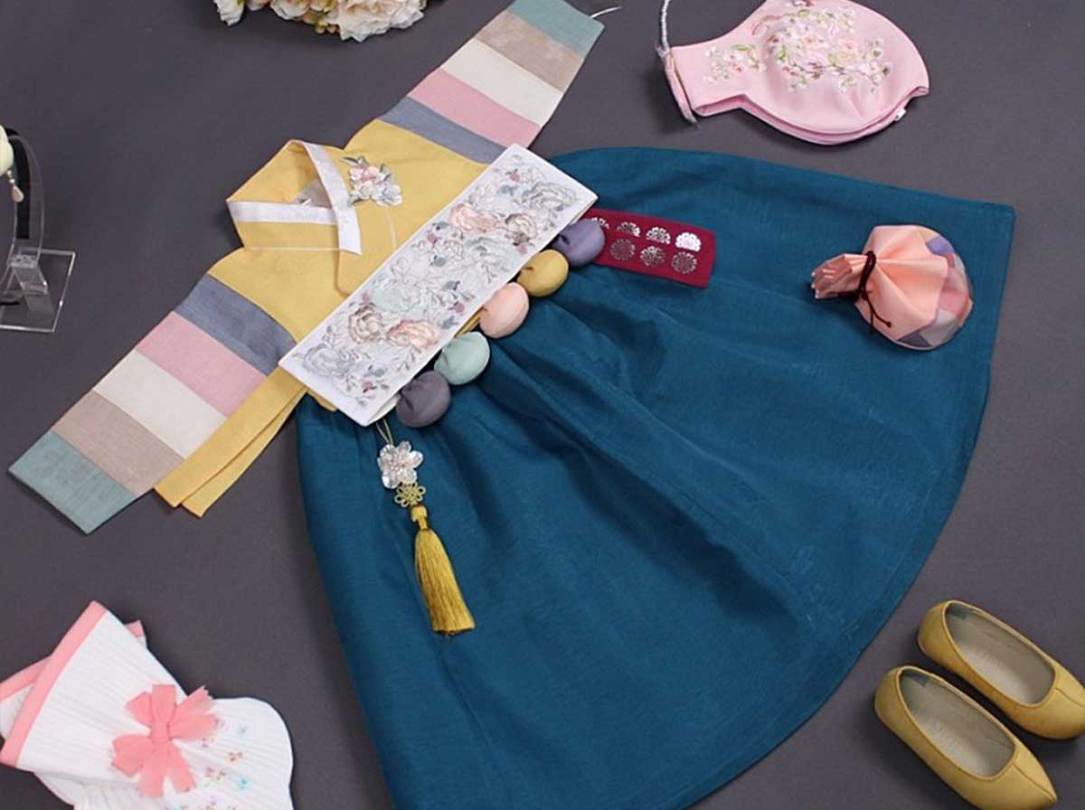 You can really see how the Dol belt looks heavenly with the goldenrod and teal baby girl hanbok.