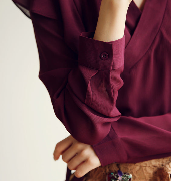 The modern hanbok blouse in vermilion can be worn with jeans or with a skirt so you can mix and match your look.