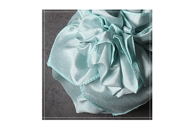 Watch the video below to learn how to make this decorative knot, which is a perfect touch to the sea blue Bojagi wrapping.