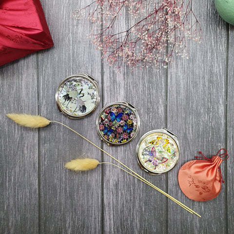 Joteta provides a selection of 4 different mother of pearl hand mirrors. Due to the limited availability, we select one at random and even provide a free fabric based covering.