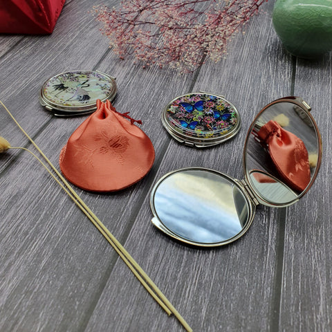 The Wolhak wedding gift set comes with a mother of pearl hand mirror that has a beautiful design and is a raving success amongst those looking to gift their friends with a Korean themed gift.