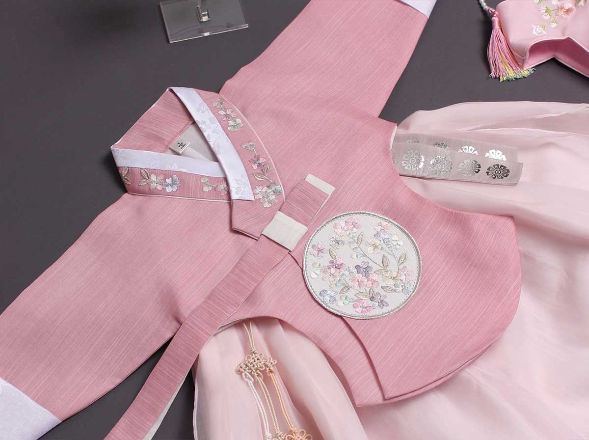 This Yuna baby girl hanbok in salmon is so precious that you're little girl will keep smiling when she's wearing this.