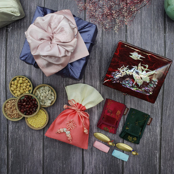 The Mother of Pearl Korean Wedding Gift Box with all the items included which are a mother of pearl box, golden ducks, and a fortune pouch filled with 5 different grains. This wedding gift set is made in Korea.