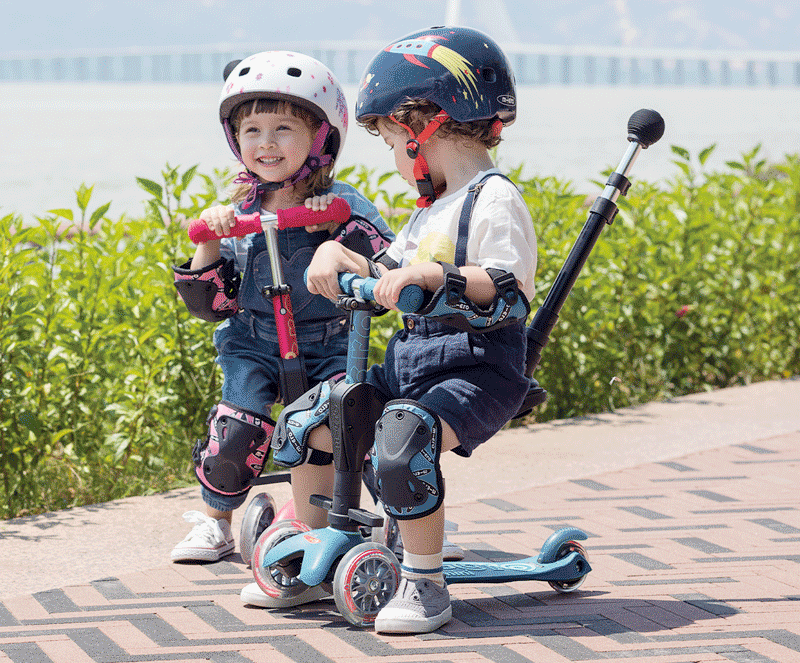 Kids riding Micro Mini 3in1 Deluxe plus in seated mode