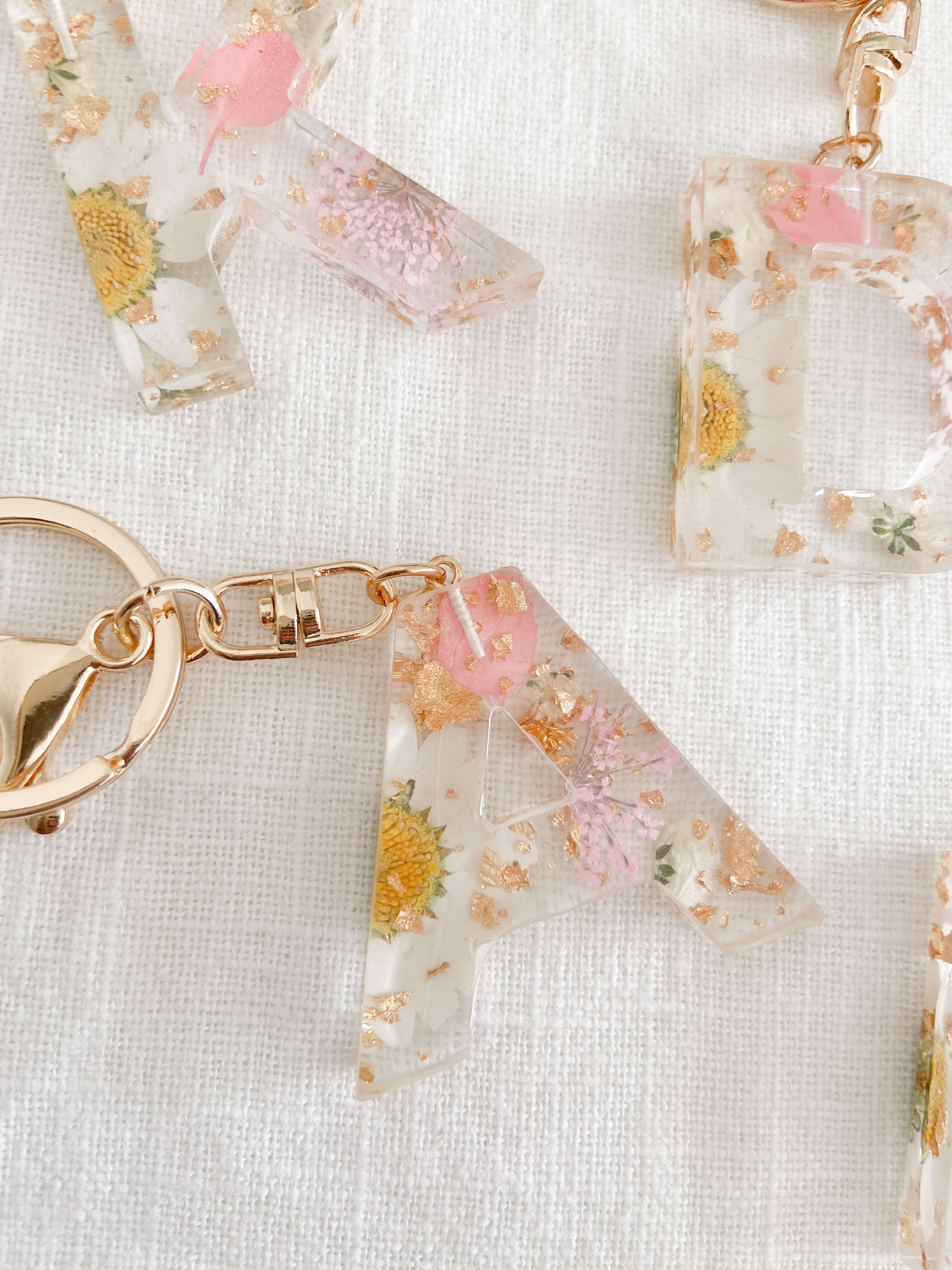 Pressed flower keychain with pink and white flowers. Resin keyring