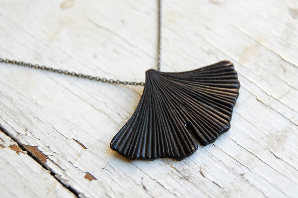 'ginkgo' fan black necklace | bronze