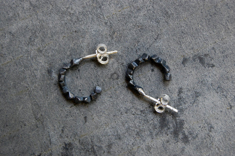 'rocas' oxidised c-hoop earrings (925 silver)