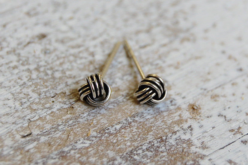 wire knot ear studs (silver )