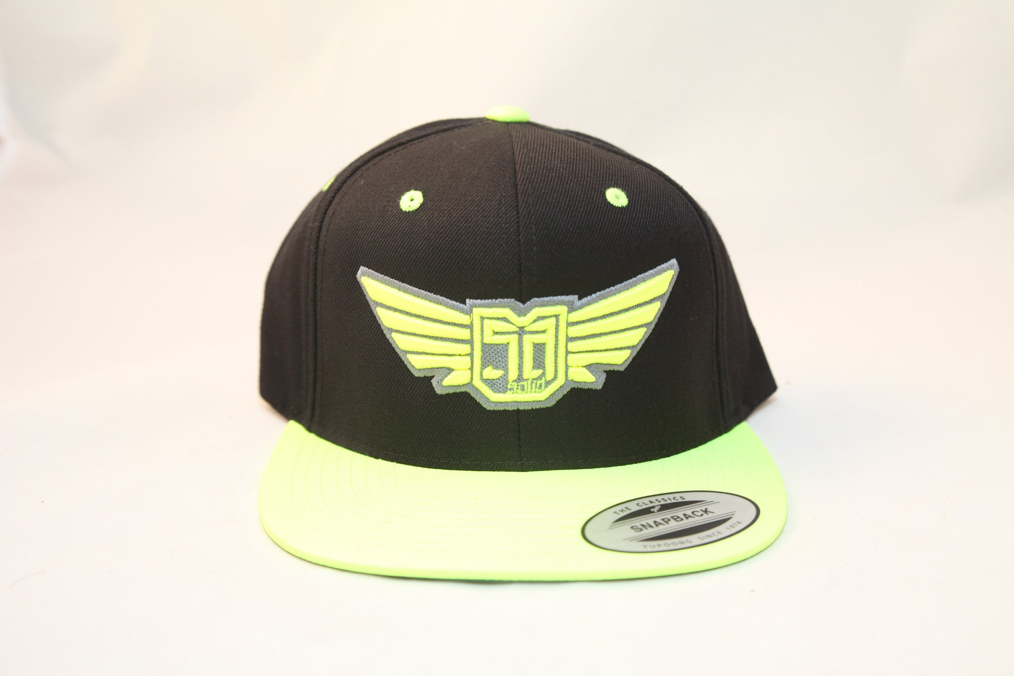 AV8 - FLEXFIT SNAP BACK HAT - BLACK / GREEN - GRN / SLV LOGO