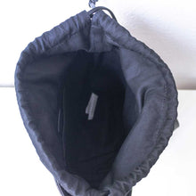 Laden Sie das Bild in den Galerie-Viewer, A black suede handbag from inside.