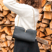 Charger l'image dans la galerie, A woman wearing a black shoulder bag.