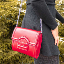 Charger l'image dans la galerie, A red cross body bag worn by a woman.