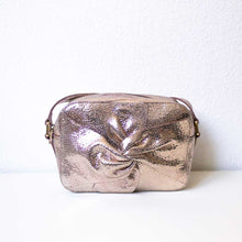 Charger l'image dans la galerie, A rose gold bag from front.