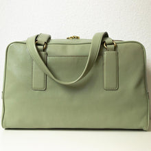 Charger l'image dans la galerie, A pistachio green handbag from the back.