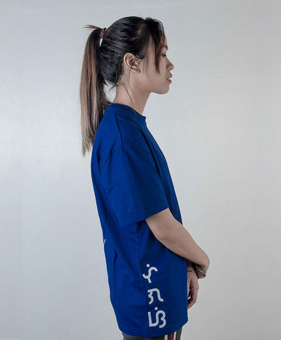Baybayin streetwear dekada shirt 1960 in blue when wornwith baybayin at the side