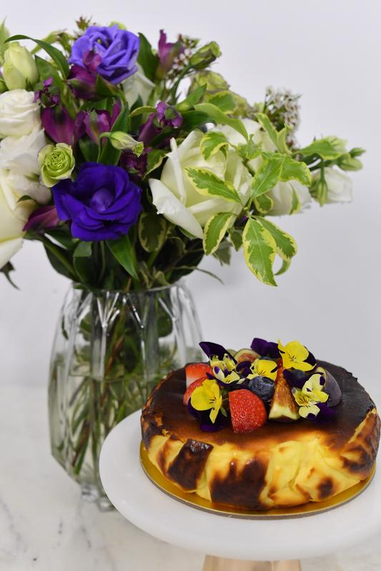 Mini Cheese Cake & Omakase Flowers