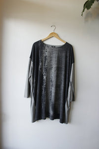 Moyuru gray & charcoal abstract print l/s tunic sz L (as is: neck seam coming loose)