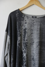 Load image into Gallery viewer, Moyuru gray & charcoal abstract print l/s tunic sz L (as is: neck seam coming loose)