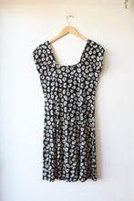 Load image into Gallery viewer, KING LOUIE BLACK DAISY PRINT KNIT DRESS, SZ L