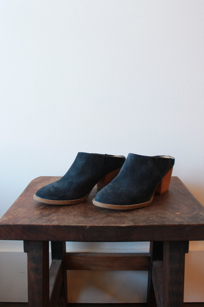 BLONDO NAVY WATERPROOF SUEDE MULES SZ 6.5M