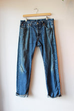Load image into Gallery viewer, LEVI'S 501 WORN IN JEANS SZ 8 (AS IS: SPOTS + WEAR)