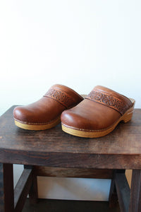 DANSKO BROWN SLIP ON PROFESSIONAL CLOGS WITH EMBOSSED STRAP SZ 38/7.5