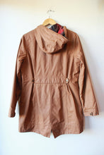 Load image into Gallery viewer, KAVU SUNDOWNER WAXED CANVAS HOODED JACKET IN TOBACCO SZ M (AS IS: INNER SNAP ON BACK MISSING) ($139.95 ONLINE)