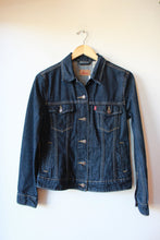 Load image into Gallery viewer, LEVI'S DARK WASH DENIM JACKET SZ S